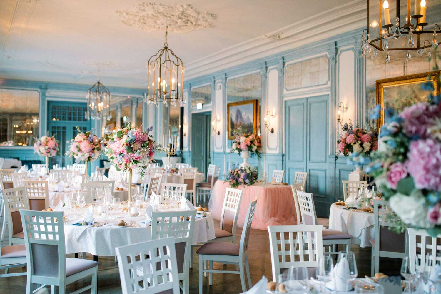 finesdecor.ch_ceremony_chateau_guetsch_flowers_rosa_lightblue_dinnerdecoration_04