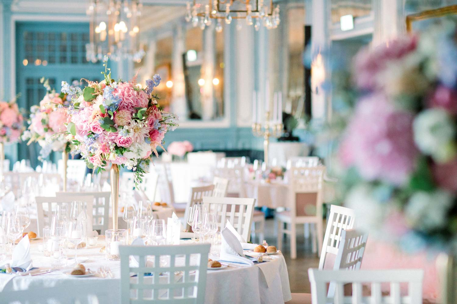 finesdecor.ch_ceremony_chateau_guetsch_flowers_rosa_lightblue_dinnerdecoration_06